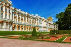 Catherine Palace på Catherine Park (Pushkin) i sommardag Royaltyfria Foton