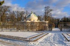 Catherine parkerar och fäller ned bathhousen i Tsarskoe Selo i vinter pushkin petersburg saint Ryssland royaltyfri fotografi