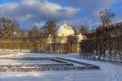 Catherine parkerar och fäller ned bathhousen i Tsarskoe Selo i vinter pushkin petersburg saint Ryssland royaltyfria bilder