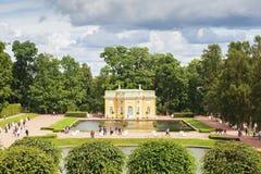 Catherine ` s parkerar med paviljongen, nära St Petersburg Arkivbilder