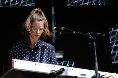 Cathy Lucas, joueur de clavier et chanteur de Fanfarlo Photographie stock