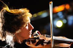 Cathy Lucas violinist av Fanfarlo Royaltyfria Bilder