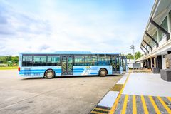 Caticlan flygplatsbuss nära den Boracay ön i Filippinerna Arkivfoton