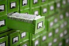 Catálogo velho da referência da biblioteca ou do arquivo com a gaveta de cartão aberta Imagens de Stock Royalty Free