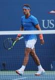 Catorce campeones Rafael Nadal del Grand Slam de las épocas de España con su coche Tony Nadal practican para el US Open 2016 Fotografía de archivo libre de regalías