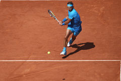 Catorce campeones Rafael Nadal del Grand Slam de las épocas en la acción durante su tercer partido de la ronda en Roland Garros 2 Fotografía de archivo libre de regalías