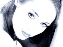Catorce muchachas hermosa de los años en altos tonos azules dominantes fotos de archivo