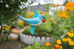 Catraca do jardim - o repeller dos pássaros, sob a forma de um pássaro, contra o contexto do jardim foto de stock royalty free
