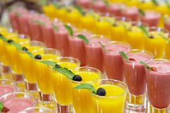 Catring färbte Fruchtkremeisnachtisch im Glas Stockfotos