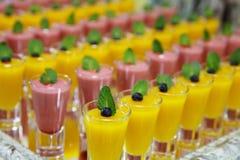 Catring ha colorato il dessert della mousse della frutta in vetro Immagine Stock