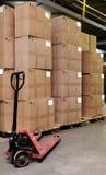Catron Kästen und Ladeplatten-LKW im Lager stockfoto