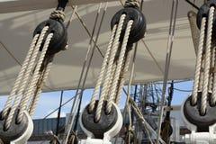 Catseyes und Seile auf Segelschiff Lizenzfreies Stockfoto