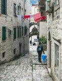 Cattaro, Montenegro, Balcani, 24 01 2015 Via pavimentata stretto della t Fotografie Stock