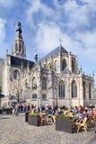 Cattedrale antica con la gente sui terrazzi, Breda, Paesi Bassi Fotografia Stock
