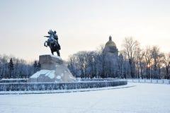 Cattedrale bronzea del monumento e della st Isaac del cavallerizzo su MOR di inverno Immagini Stock