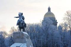 Cattedrale bronzea del monumento e della st Isaac del cavallerizzo su MOR di inverno Immagine Stock Libera da Diritti