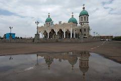 Cattedrale cattolica nella capitale dell'Etiopia, la città delle DGC Ababa, in priorità alta della pozza con una riflessione dell Fotografia Stock