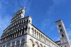 Cattedrale contro un cielo blu, Lucca, Italia Immagine Stock Libera da Diritti