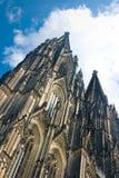 Cattedrale dei DOM Colonia di Koelner sopra cielo blu Fotografia Stock