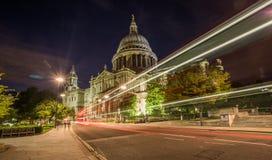 Cattedrale dei pauls della st alla notte Fotografie Stock Libere da Diritti