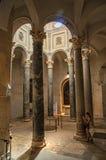 Cattedrale del Aix con la donna in mezzo delle colonne e della luce da sopra in Aix-en-Provence Fotografie Stock Libere da Diritti