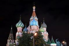 Cattedrale del Cremlino di Mosca e di Basil Blessed alla notte Immagini Stock Libere da Diritti