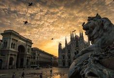 Cattedrale del duomo di Milano con la scultura del leone fotografia stock libera da diritti