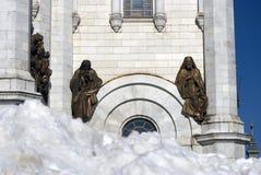Cattedrale del redentore di Cristo a Mosca Tronchi di albero neri di primavera senza foglie Fotografia Stock