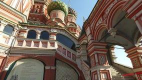 Cattedrale del ` s del basilico della st, Mosca, Russia Costruito dal 1555 al 1561 sull'ordine dello zar Ivan il terribile stock footage