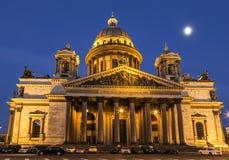 Cattedrale del ` s della st Isaac che costruisce al crepuscolo a St Petersburg, fotografia stock libera da diritti