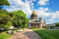 Cattedrale del ` s della st Isaac su una mattina soleggiata luminosa fotografia stock libera da diritti