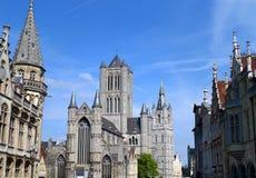 Cattedrale del ` s di Bavo del san con le altre costruzioni d'annata sbalorditive a Gand Fotografia Stock Libera da Diritti
