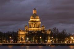 Cattedrale del ` s di Isaac del san alla notte immagine stock libera da diritti