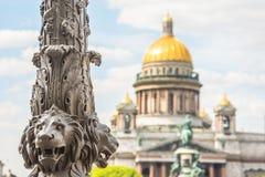 Cattedrale del ` s di Isaac del san sfuocato, nella priorità alta la scultura dei leoni su una colonna St Petersburg, Russia Fotografia Stock Libera da Diritti