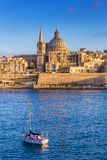 Cattedrale del ` s di La Valletta, Malta - di StPaul nell'ora dorata alla capitale La Valletta del ` s di Malta con la barca a ve fotografie stock libere da diritti