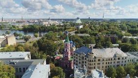 Cattedrale della chiesa di Ortodox nella città di Riga ed in costruzioni urbane vecchie giù il volo del fuco della città 4 K stock footage