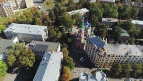 Cattedrale della chiesa di Ortodox nella città di Riga ed in costruzioni urbane vecchie giù il volo del fuco della città 4 K archivi video