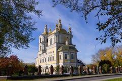 Cattedrale della chiesa su una collina vicino alla strada immagine stock libera da diritti