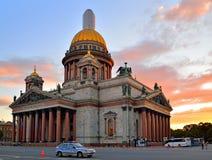 Cattedrale della st Isaac ed hotel Astoria nell'ambito del tramonto cremisi Fotografia Stock Libera da Diritti