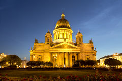 Cattedrale della st Isaac a St Petersburg alla notte Fotografia Stock