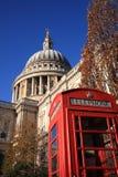 Cattedrale della st Paulâs con Londra rossa fotografia stock