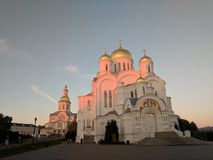 Cattedrale della trasfigurazione in Diveyevo sul tramonto e sul cielo fotografia stock libera da diritti