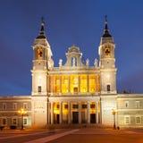 Cattedrale di Almudena della La nella penombra Immagini Stock