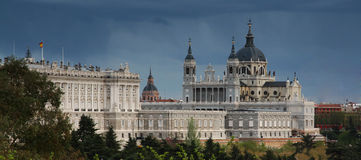 Cattedrale di Almudena e palazzo reale a Madrid Fotografia Stock