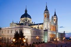 Cattedrale di Almudena a Madrid nella notte Fotografia Stock Libera da Diritti