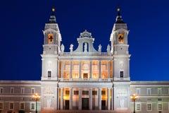 Cattedrale di Almudena a Madrid nella notte. La Spagna Fotografie Stock Libere da Diritti