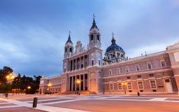 Cattedrale di Almudena a Madrid nella sera Fotografia Stock