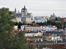 Cattedrale di Almudena su una collina sopra la città di Madrid fotografia stock