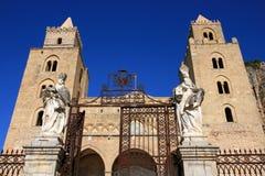 Cattedrale di Cefalu su cielo blu; La Sicilia Fotografia Stock Libera da Diritti