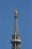 Cattedrale di Milano, statua di madonnina dell'oro Immagini Stock
